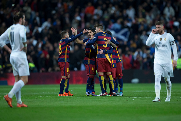 MADRID, SPAIN - NOVEMBER 21:  Luis Suarez (3dL) of FC Barcelona celebrates their victory with his teammates as Gareth Bale (L) and Sergio Ramos (R) of Real Madrid CF react defeated after the La Liga match between Real Madrid CF and FC Barcelona at Estadio Santiago Bernabeu on November 21, 2015 in Madrid, Spain.  (Photo by Gonzalo Arroyo Moreno/Getty Images)