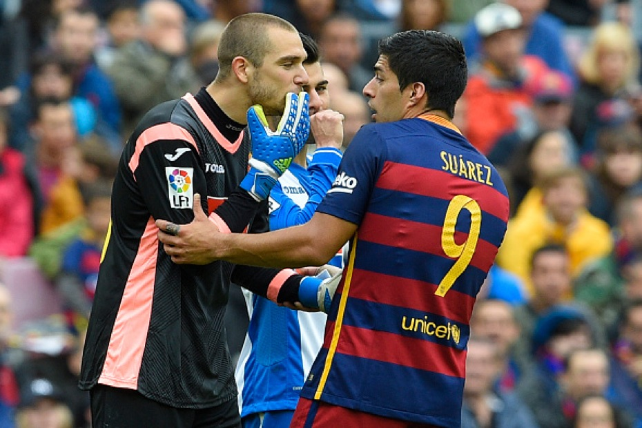 Barcelona's Uruguayan forward Luis Suarez (R) argues with Espanyol's goalkeeper Pau Lopez during the Spanish league football match FC Barcelona vs RCD Espanyol at the Camp Nou stadium in Barcelona on May 8, 2016. / AFP / LLUIS GENE (Photo credit should read LLUIS GENE/AFP/Getty Images)