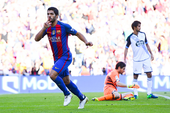 BARCELONA, SPAIN - OCTOBER 15:  Luis Suarez of FC Barcelona celebrates after scoring his team's third goal during the La Liga match between FC Barcelona and RC Deportivo La Coruna at Camp Nou stadium on October 15, 2016 in Barcelona, Spain.  (Photo by David Ramos/Getty Images)