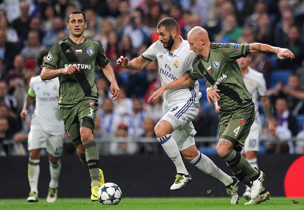 MADRID, SPAIN - OCTOBER 18: Karim Benzema (C) of Real Madrid competes for the ball against Tomasz Jodlowiec (L) and Jakub Czerwinski (R) of Legia Warszawa during the UEFA Champions League Group F match between Real Madrid CF and Legia Warszawa at Bernabeu on October 18, 2016 in Madrid, Spain. (Photo by Denis Doyle/Getty Images)