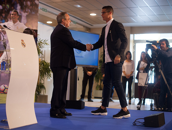 MADRID, SPAIN - NOVEMBER 07:  Cristiano Ronaldo of Real Madrid shakes hands with club President Florentino Perez  following his press conference after signing a new five-year contract with the Spanish club at the Santiago Bernabeu stadium on November 7, 2016 in Madrid, Spain.  (Photo by Denis Doyle/Getty Images)
