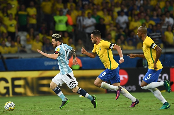 Argentina's Lionel Messi (L) drives the ball past Brazil's Renato Augusto (C) and Fernandinho during their 2018 FIFA World Cup qualifier football match in Belo Horizonte, Brazil, on November 10, 2016. / AFP / VANDERLEI ALMEIDA        (Photo credit should read VANDERLEI ALMEIDA/AFP/Getty Images)