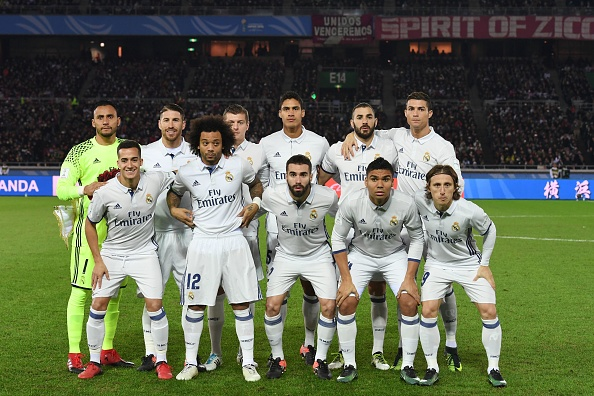 Real Madrid players pose for a team photo before the Club World Cup football final match between Kashima Antlers of Japan and Real Madrid of Spain at Yokohama International stadium in Yokohama on December 18, 2016. / AFP / Toshifumi KITAMURA (Photo credit should read TOSHIFUMI KITAMURA/AFP/Getty Images)