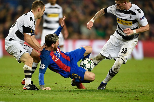Barcelona's Argentinian forward Lionel Messi (C) vies with Moenchengladbach's midfielder Andre Hahn (R) and Moenchengladbach's defender Tony Jantschke during the UEFA Champions League Group C football match FC Barcelona vs Borussia Moenchengladbach at the Camp Nou stadium in Barcelona, on December 6, 2016. / AFP / LLUIS GENE (Photo credit should read LLUIS GENE/AFP/Getty Images)