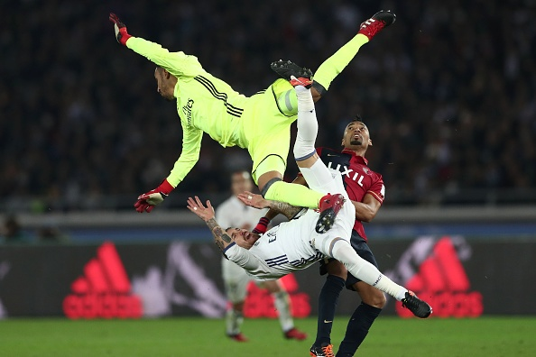 Real Madrid goalkeeper Keylor Navas (top) collides teammate Sergio Ramos (C) and Kashima Antlers midfielder Fabricio during the Club World Cup football final match between Kashima Antlers of Japan and Real Madrid of Spain at Yokohama International stadium in Yokohama on December 18, 2016. / AFP / Behrouz MEHRI (Photo credit should read BEHROUZ MEHRI/AFP/Getty Images)